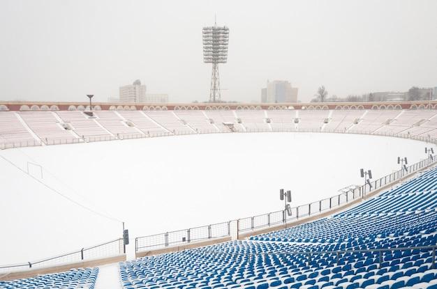 Voetbalstadion bedekt met verse sneeuw