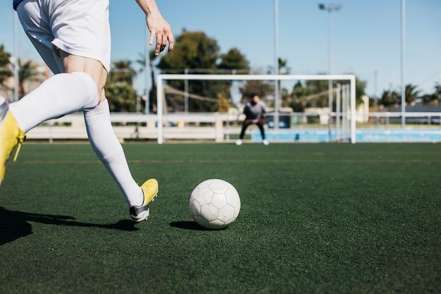 Voetbalster die bij doel schieten