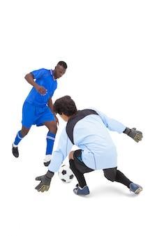 Voetbalster in blauw opvallend op keeper