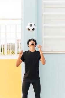 Voetbalster overgeven bal op de veranda