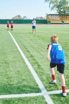 Voetbaltrainer training kinderen