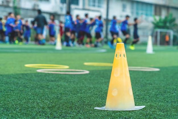 Voetbaltrainingsapparatuur met kegel en snelheidsring met voetbalteamtraining