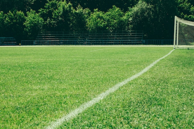 Voetbalveld, groen gazon met een lijn getekend met witte verf