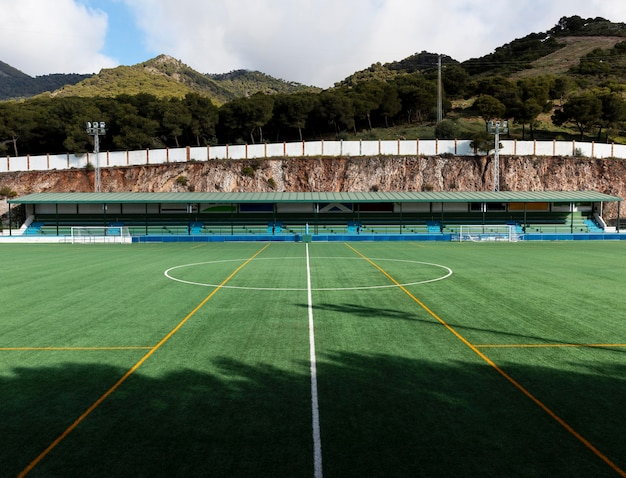 Voetbalveld met natuur achtergrond