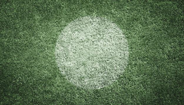 Voetbalveld met witte punt in het midden Premium Foto