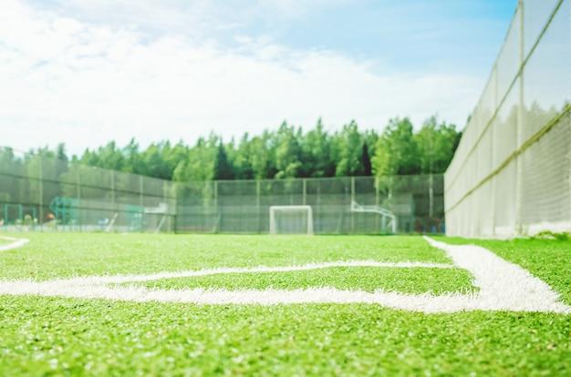 Voetbalveld op een zonnige dag.