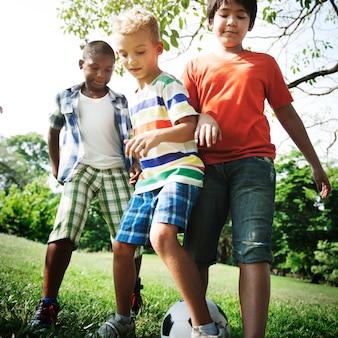 Voetbalvrienden jongens speels nature offspring concept