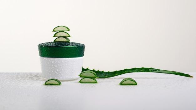 Voetcrème met aloë vera-extract op witte achtergrond