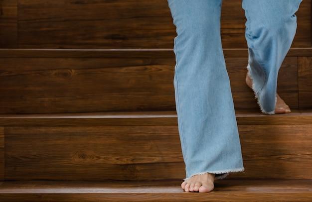 Voeten lopen op trappen met een onvast gebaar. concept van guillain-barre-syndroom en gevoelloze benenziekte of vaccin-bijwerking.