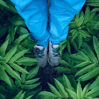 Voeten met sneakers op de grond in de straat