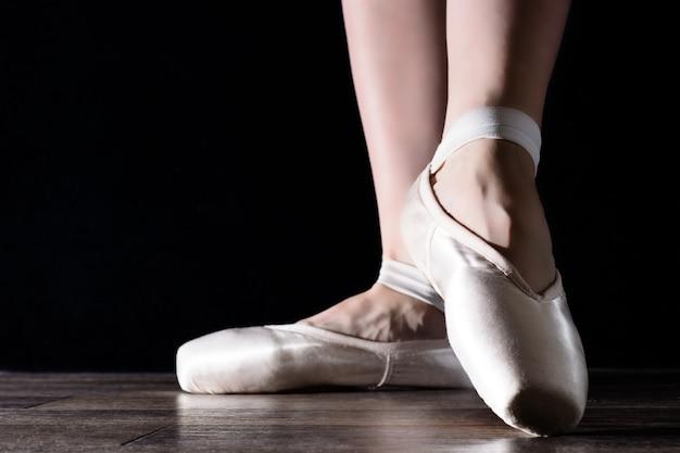 Voeten pointe, dansende ballerina