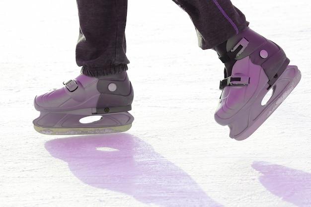 Voeten schaatsen op de ijsbaan. sporten en amusement. rust- en wintervakanties.