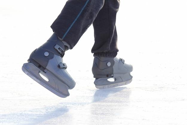 Voeten schaatsen op de ijsbaan