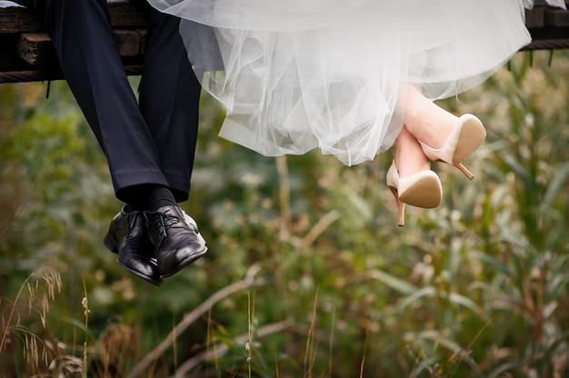 Voeten van bruid en bruidegom, trouwschoenen