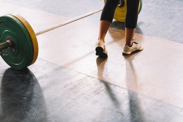 Voeten van de vrouw in de sportschool
