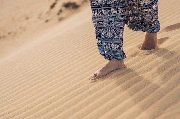 Voeten van een vrouw in de woestijn