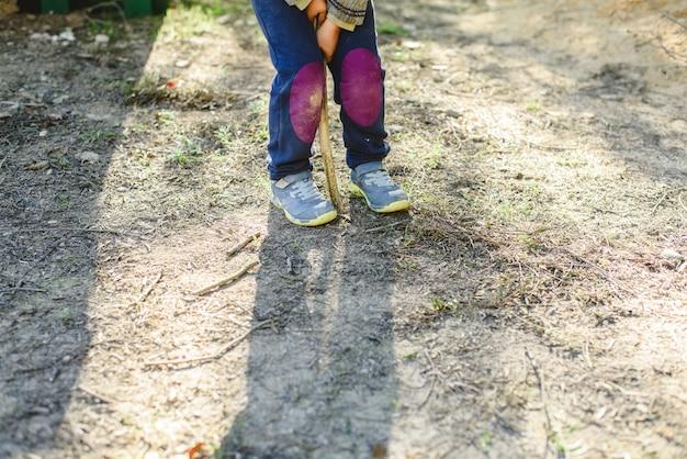 Voeten van schattige 5-jarige jongen vrij spelen in de natuur om zijn motorische ontwikkeling te verbeteren