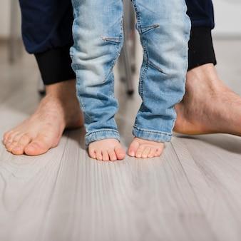 Voeten van vader en dochter