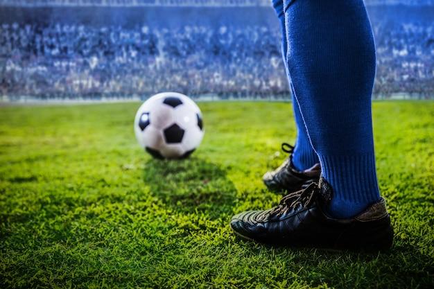 Voeten van voetbal blauw team in het stadion