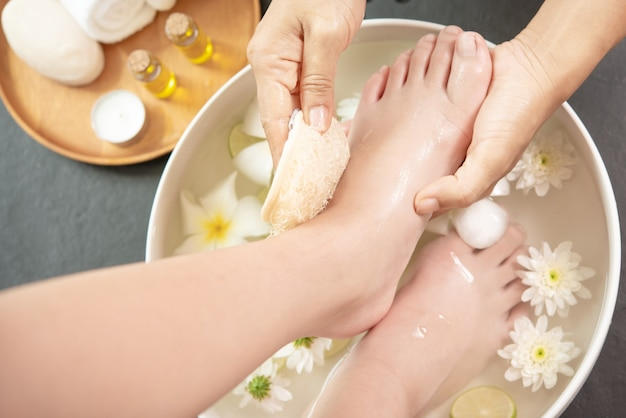 Voeten wassen in spa voor behandeling. kuur en product voor vrouwelijke voeten en handkuuroord.