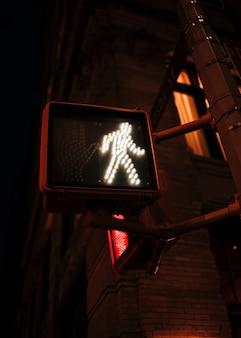 Voetganger gaat verkeerslichten ondertekenen