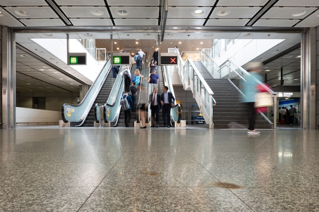 Voetganger, salarisman op en neer de automatische roltrap reizen naar het werk
