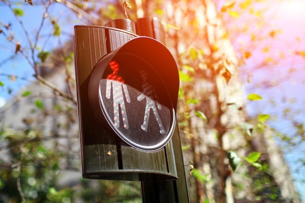 Voetgangers verkeerslichten. rood verkeerslicht dat zich met persoonssymbool in de stadsstraat bevindt - stopbord, bewegingsverbod