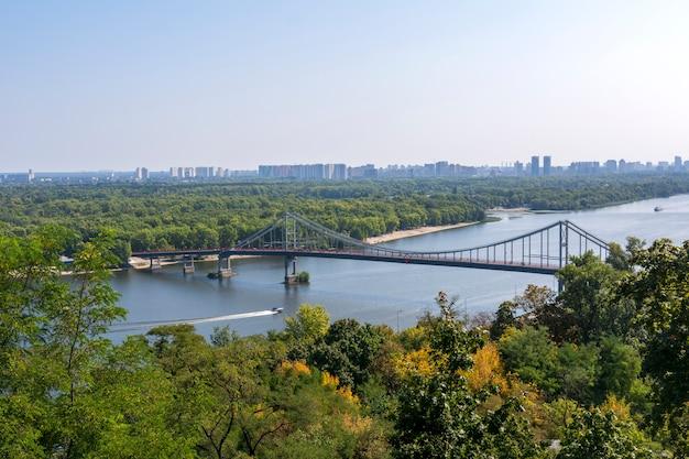 Voetgangersbrug over de rivier de dnjepr in kiev, oekraïne.