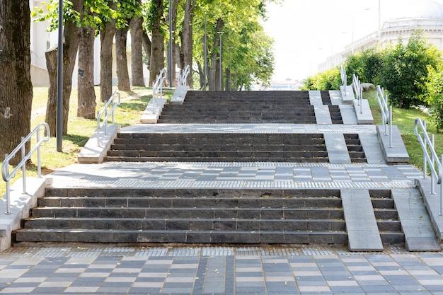 Voetgangersweg en trappen voor gehandicapten in de stad.