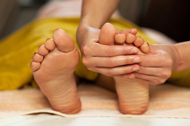 Voetmassage voor een vrouw in een spa