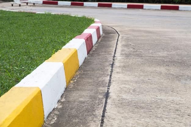Voetpad en verkeersteken op weg in het industriële landgoed