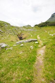 Voetpad in de heuvel in ausseerland, oostenrijk