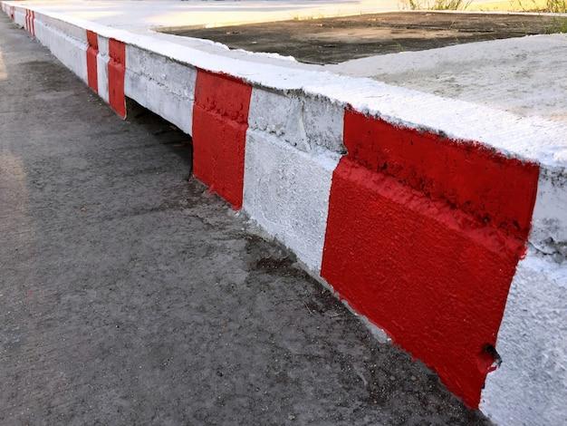 Voetpad met rode en witte strepen