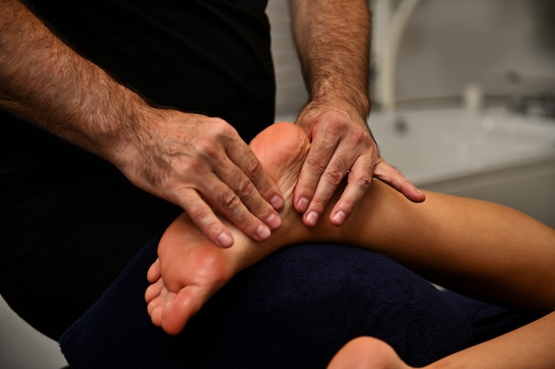 Voetreflexologie voetmassage. voetbehandeling in het ayurvedische wellnessresort