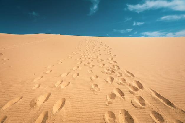 Voetstappen in de duinen van pyla, frankrijk