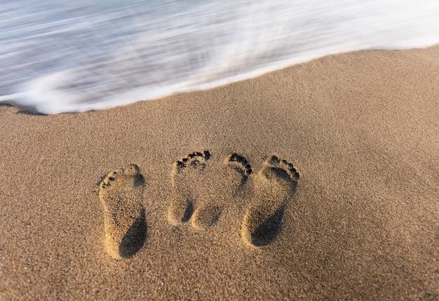 Voetstappen van liefde op het zand