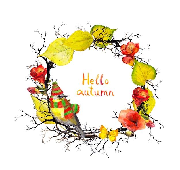 Vogel in muts en sjaal, takken en twijgen met herfstbladeren en bloemen. seizoensgebonden bloemenkrans. aquarel frame, citaat hallo herfst