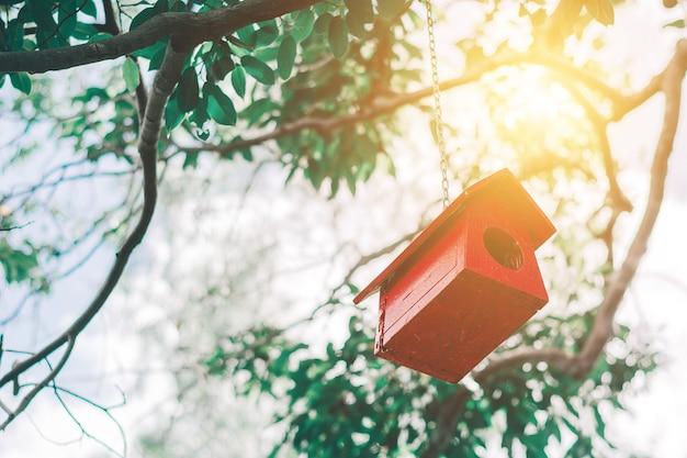 Vogelhuis op boom achtergrondconcept.