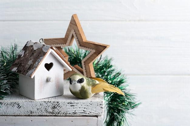 Vogelhuisje en vogel op witte rustieke tafel