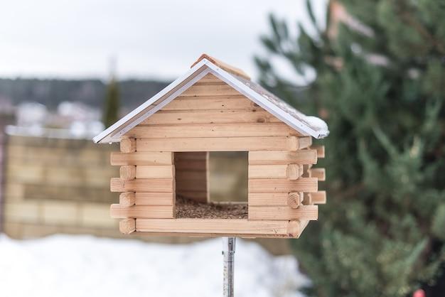 Vogelhuisje voor vogels in de tuin in de winter