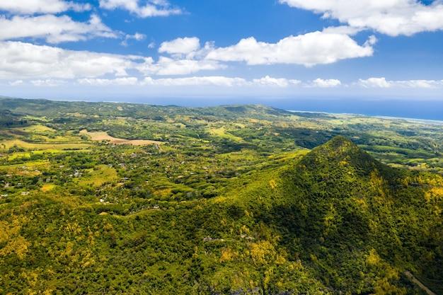 Vogelperspectief op de bergen en velden van het eiland mauritius.