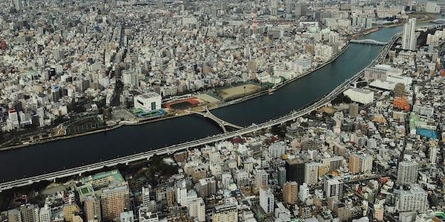 Vogelperspectief van de stad vanaf de top