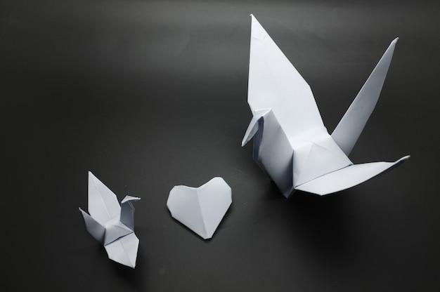 Vogels en hart van origami. cadeaubon voor valentijnsdag. concept sublieme liefde.