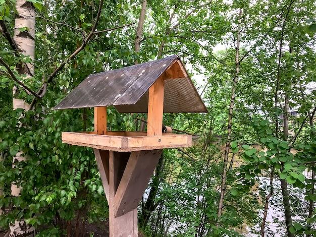 Vogelvoeder. huis op stok voor vogels, leuk appartement. eenvoudig ontwerp voor het voeren van vogels op de rivieroever. onderdak voor broedvogels. tuin vogelvoeder. ruimte voor tekst of logo