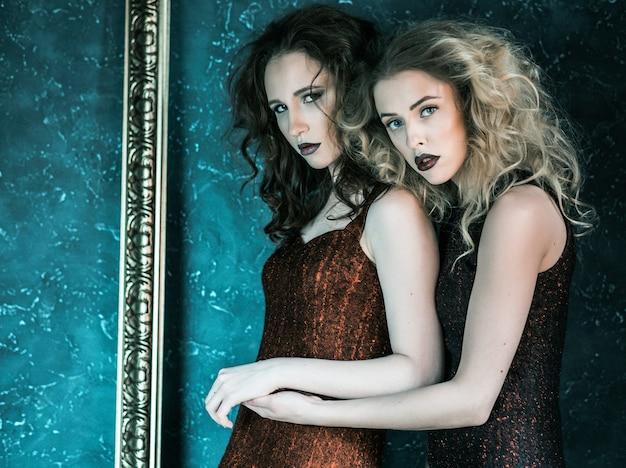 Vogue-stijlfoto van twee modedames, koude tinten