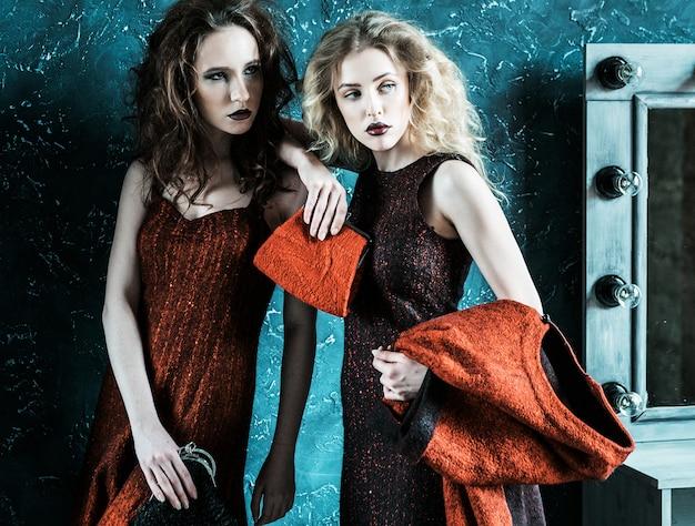 Vogue-stijlfoto van twee modedames