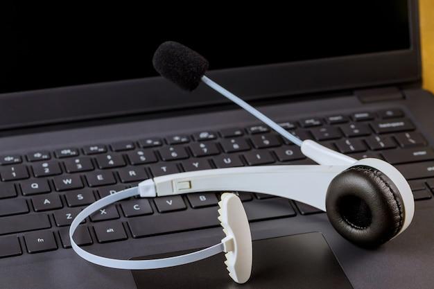 Voip koptelefoon koptelefoon met microfoon communicatie ondersteuning, callcenter en klantenservice helpdesk op computertoetsenbord.