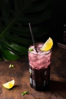 Vol glas ijs cocktail met limoen