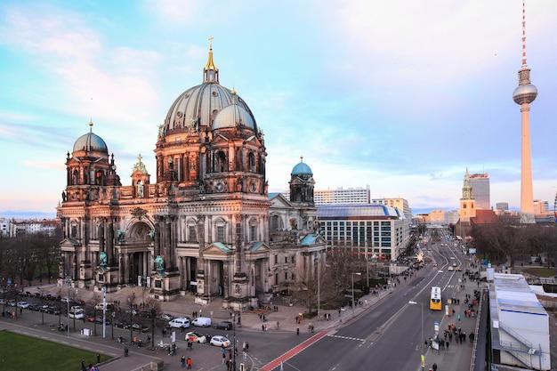 Vol toeristen genieten van een bezoek aan de kathedraal van berlijn, berliner dom overdag, berlijn, duitsland