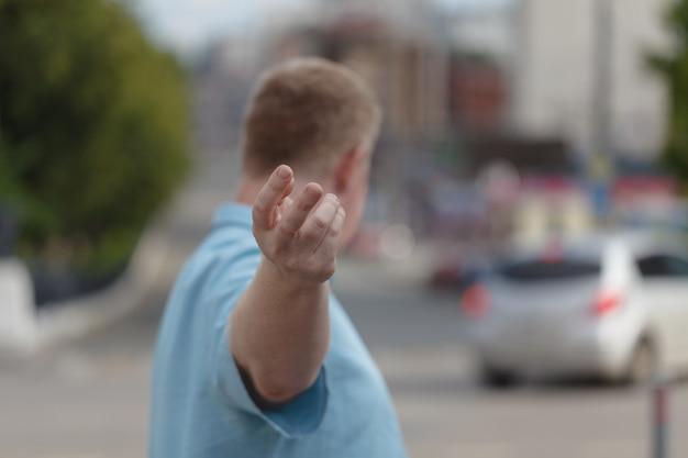 Volg mij. man met hand terwijl weg omhoog wordt weergegeven